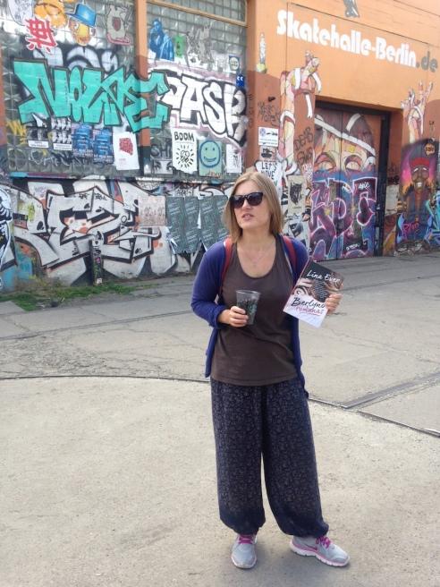 Lina Ever su savo naujausiu romanu rankose, nuotr. iš asmeninio albumo