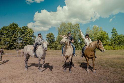 Luna ir Achilleas Estijoje Muhu saloje susitiko projekto kolegę, kuri jiems aprodė alvarso kraštovaizdį žirgais, nuotr. iš asm. albumo