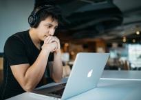 Vidutinių darbo valandų per savaitę rodiklis praranda savo svarbą, nes vis daugiau žmonių dirba ne iš biuro, o tai sunkina tikslų darbo valandų skaičiavimą (Wes Kicks nuotr.)