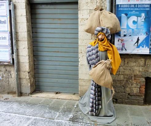 Trijų karalių figūros Italijoje puošia įėjimus į parduotuves, Eglės Zicari nuotr.